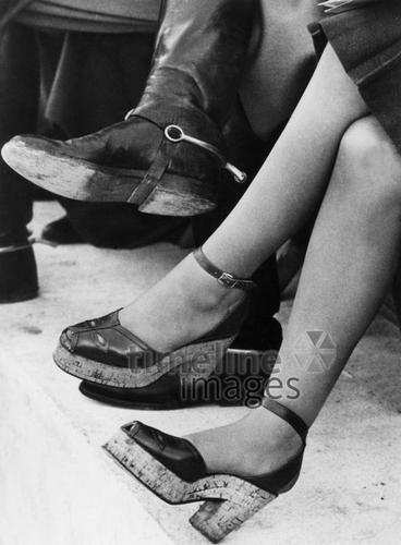 Beine ullstein bild - Hanns Hubmann/Timeline Images #black #white #schwarz #weiß #Fotografie #photography #historisch #historical #traditional #traditionell #retro #vintage #nostalgic #Nostalgie #Schuhe #shoes #Schuhmode #Damenschuh #Frauenschuh #Damenmode #Frauenmode #Stil #Beine #Keilabsatz #Plateauschuhe