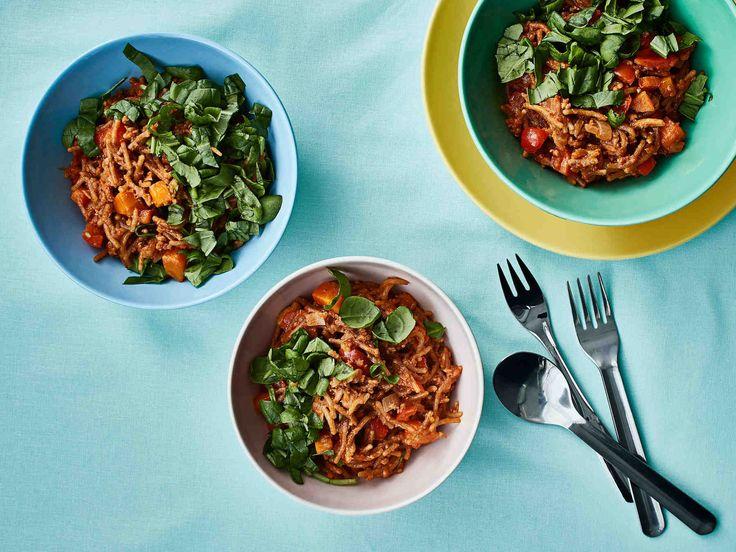 Helppo rakettispagettipannu on kuin uusi versio italianpadasta. Kevyen broilerin jauhelihan ja täysjyväspagetin lisäksi ruokaan upotetaan värikkäitä kasviksia...