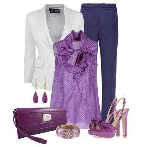С чем носить фиолетовые босоножки: фиолетовая блузка, синие брюки, белый пиджак, клатч