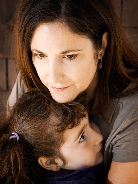 Lina verliebte sich mit 41 in einen deutlich jüngeren Mann und bekam ein Kind von ihm. Der Mann weigert sich seither, Unterhalt für seine