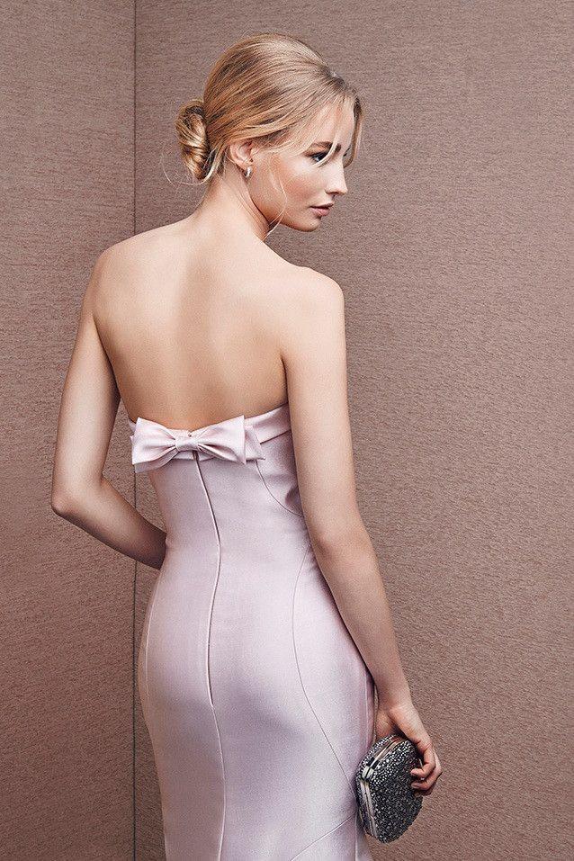Vestido de fiesta largo tipo sirena y palabra de honor realizado en mikado de seda color rosa. Detalle de lazo...