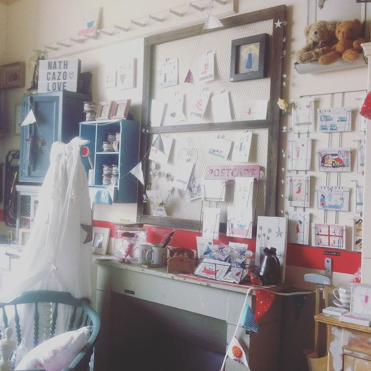 C'est un univers bien particulier qui vous attend @levelorouge @nath_cazo ...des cartes postales en veux-tu en voilà! Des cadres pour enfants des mugs des fanions des coussins des chaises berceaux.....à découvrir et/ou revenir visiter acheter et profiter! #deco #decoration #houdan #designinspiration #vintagestyle #instagood #instagram #instame #brocante #creation #madeinfrance #surmesure