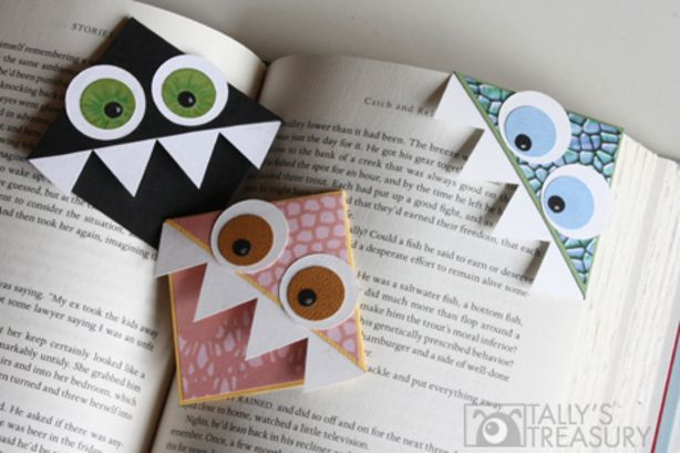 Boekenlegger gemaakt van een versierde hoek van een envelop. Hoe leuk!