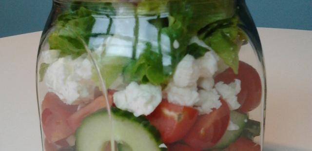 Griekse salade in een bokaal