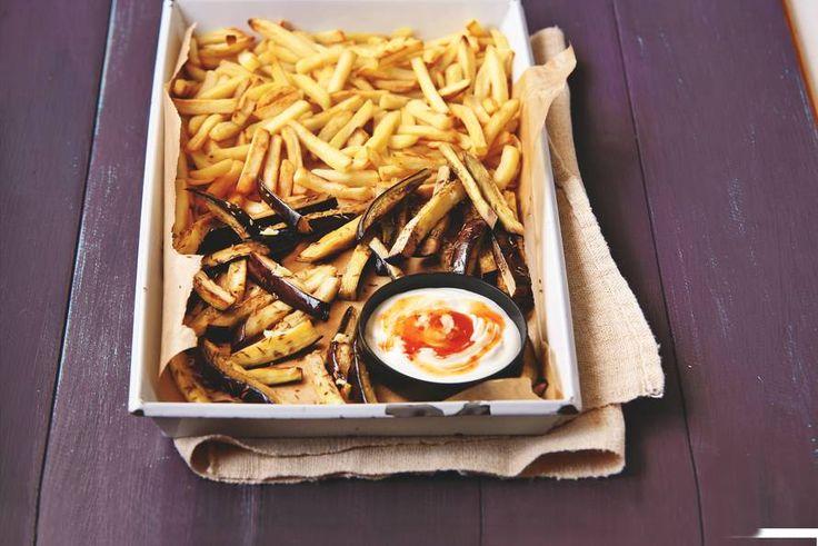 Aardappel en auberginefrites chilisaus: eventueel 1 el geraspte gember 40 min 47 kh  Hou je van pittig, snij dan een rode peper in dunne ringetjes en strooi die erover.