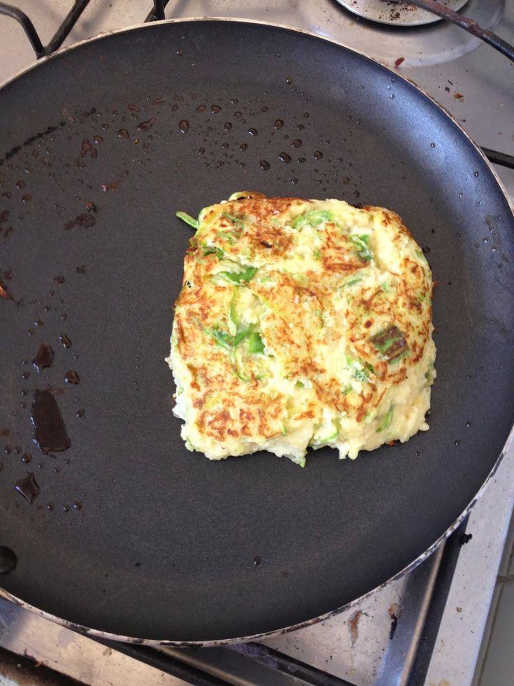 Ingredientes   2 abobrinhas raladas com casca  2 ovos  4 cs de farelo de aveia  cebolinha a gosto  alho, sal e pimenta a gosto  2 cc de...