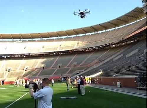 Drones et sports : l'équipe de football du Tennessee expérimente l'utilisation d'un drone pour filmer les séances d'entraînement