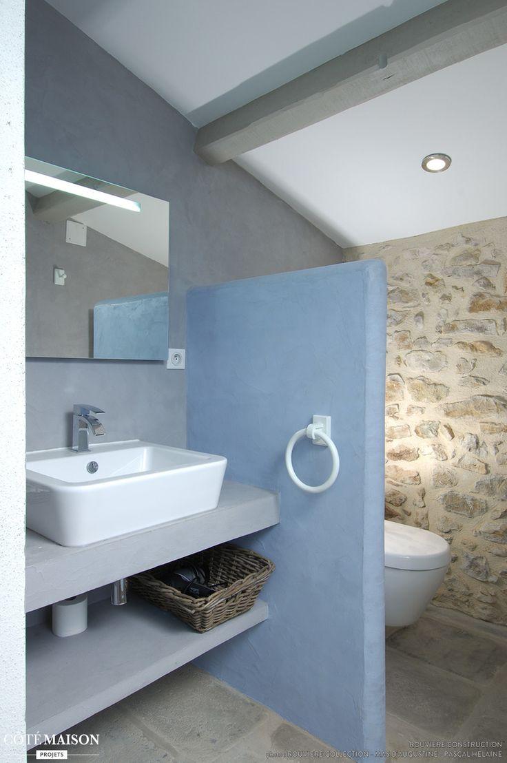 Petite salle de bains sous les toits avec murs de pierres for Salle de bain sous les toits