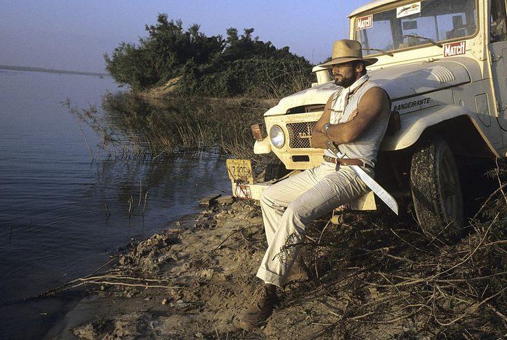 Les plus belles #photos des #archives de @parismatch_magazine  1985. Le #Dakar se déroule actuellement en Amérique du Sud. Retour sur son inventeur Thierry Sabine ici en août 1985 en repérage pour le prochain départ qui aura lieu en janvier. C'est en #1979 que le premier #ParisDakar est lancé. Tragiquemement un an après cette photo en 1986 Thierry Sabine va trouver la mort sur le rallye à bord d'un hélicoptère en compagnie du chanteur Daniel #Balavoine .  Photo : Jack Garofalo/#ParisMatch by…
