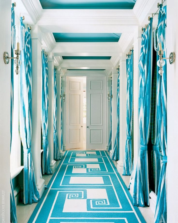 Décoration intérieure / Couloir entrée hall / Couleur coloré /Bleu azur cyan blue turquoise / Rideaux tapis / Peinture plafond caissons / Perspective / idée inspiration