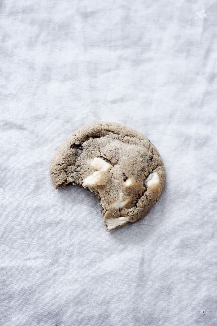 Use gluten free flour to make these Marshmallow Chocolate Chip Cookies | M I L K I N G A L M O N D S