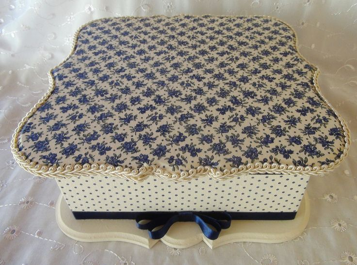 Caixa em MDF forrada com tecido 100% algodão. Detalhe em fita de cetim.