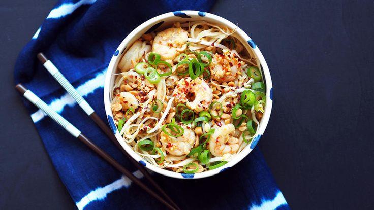 """Pad thai er en superrask og enkel thailandsk nuddelrett, som ofte går under kategorien """"street food"""". Det tar omtrent 15 minutter fra du starter med matlagingen til du kan nyte et smakfullt lett måltid.     Pad thai inneholder som regel alltid tofu og tørkede eller friske reker. Pad thai kan også lages med kylling eller svinekjøtt. Bruker du frossen scampi eller villreker må de tines på forhånd! Tamarindpaste får man kjøpt i velassorterte matvarebutikker og hos grønnsakshandlere."""