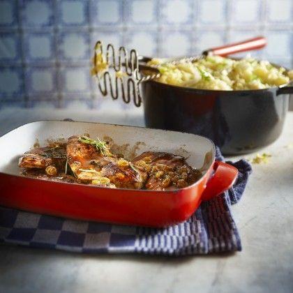 Dep het vlees droog. Verhit 2 eetlepels olijfolie in een braadslee en bak het vlees hierin 2 minuten per kant. Zeef de marinade. Verwarm het marinadevocht en giet het bij het vlees. Voeg de rozijnen toe en stoof zachtjes circa 25 minuten. Bind de saus eventueel met allesbinder. Lekker met witlofstamppot of doperwten en gekookte aardappels.