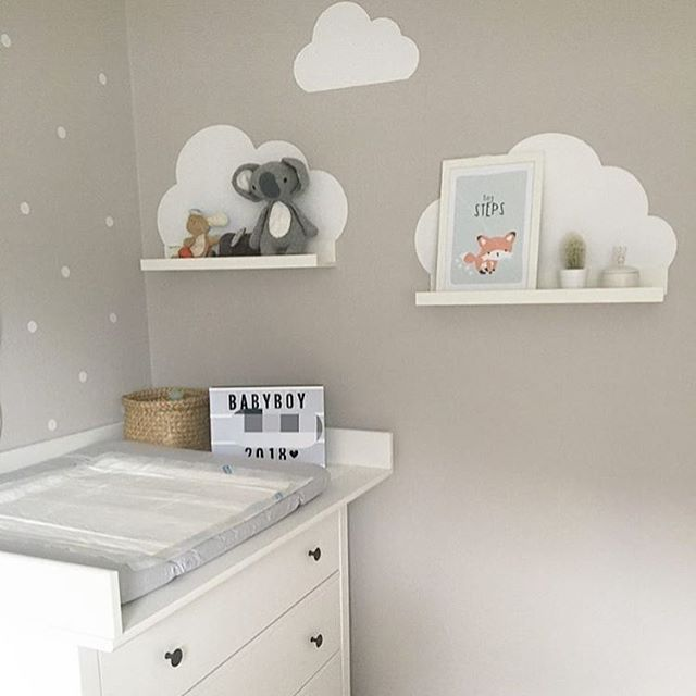 Für Den Kleinen Nachwuchs! In Einem Babyzimmer Braucht Man Hübsche Deko.  Diese Wunderbare Wickelecke Mit Wickeltisch Und Wolken Deko Sieht So  Gemütlich Aus ...