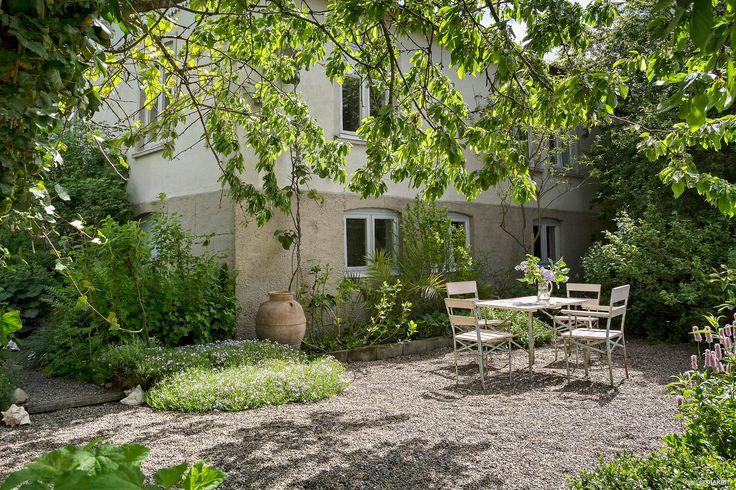 Charmfullt mindre hus med mycket atmosfär och med en medelhavsinspirerad trädgård. Bostaden har trägolv, synliga bjälkar, spegeldörrar och kamin vilket ger en genuin känsla. Anlagd trädgård med bla 40-tal vinrankor och med ett persikoträd. Vidare fin...