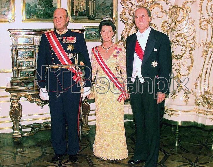 1996 - Kongeparet på statsbesøk i Østerrike. Dronningen bruke denne vakre blondekjolen for første gang.Og smykkesettet med smaragder.