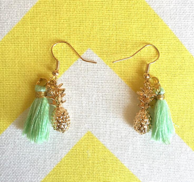Boucles d'oreille ananas doré et pompon couleur menthe à l'eau : Boucles d'oreille par la-boutique-du-kokopelli