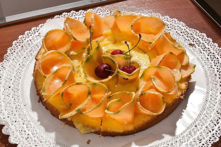 La signora Alba ha preparato la torta con melone per le colazioni