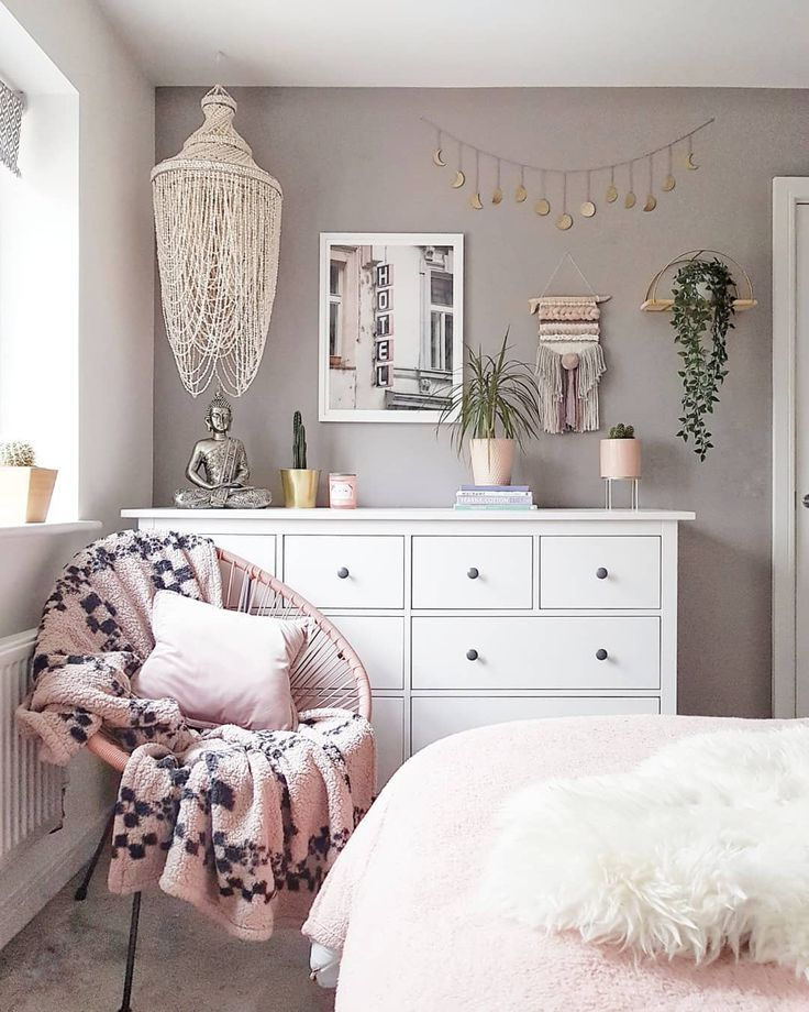Pink And Grey Boho Bedroom Moon Banner Urban Outfitters Ikea Dresser En 2020 Chambre Esthetique Inspiration Deco Chambre Elegante