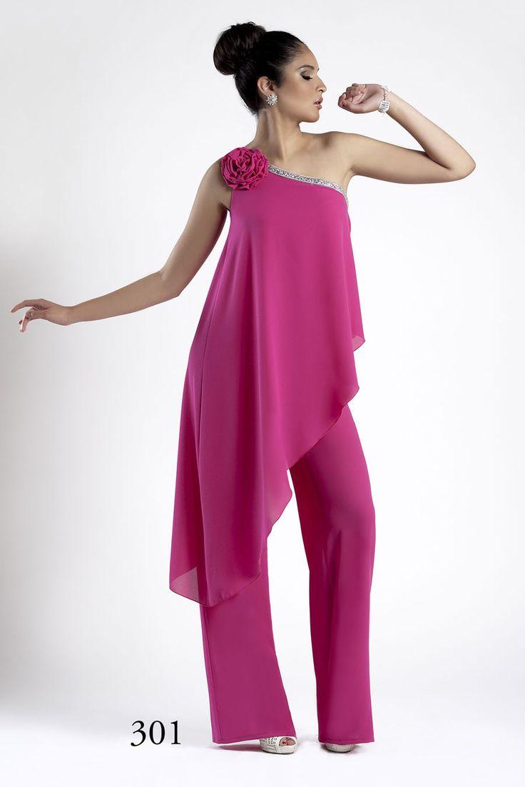 mono de fiesta o jumpsuit color rosa con capa y flor