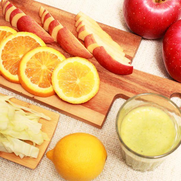 《キャベツスムージー》胃もたれに  ・野菜…キャベツ ひとつかみ  ・フルーツ…りんご1/2個、オレンジ1個、レモン1/4個  ・水…50cc  キャベツは胃腸の働きを良くしてくれます。りんご、オレンジ、レモンが疲労を回復して  くれます。  ■酸っぱめ