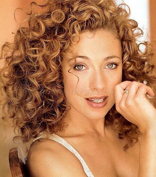 női+frizurák+hosszú+hajból+-+kiengedett+frizura+természetes+göndör+hajból
