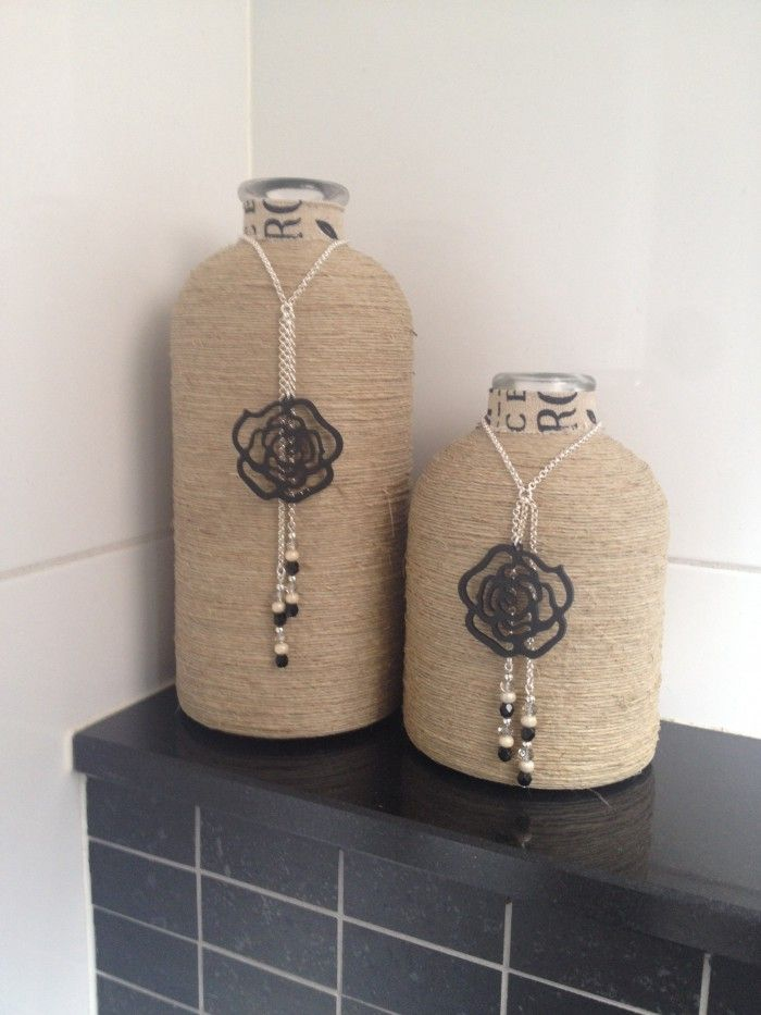 Flessen dubbelzijdige tape, touw er om heen wikkelen, een ketting met een leuke hanger en kraaltjes en klaar