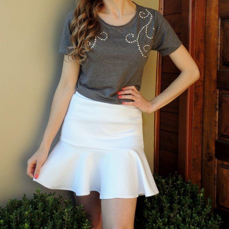 saia-sino-branca-babado-cintura-alta-linda-moda-tendencia-camiseta-cinza-bordada-tshirt-brilho-prata