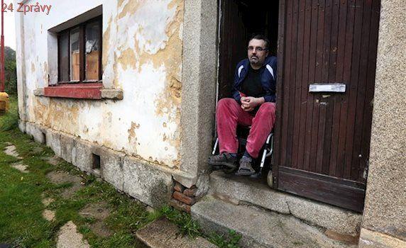Vozíčkář se těší na nový domov. Z ruiny se stěhuje do městského bytu