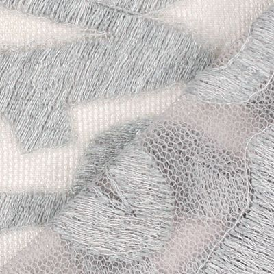 Kant Volta Art-Nr.: 57_102851_91_r_017 Materiaal: 100% Polyester Kleur: zilver Lengte: 100 cm Breedte: 130 cm Rapport: Breedte: 43 cm  Hoogte: 29 cm  Gebruik: Avondkleding, Blouses, Topjes, Rokken, Jurken Productie- wijze: gewerkt Grip: korrelige grip, zachte grip Eigen- schappen: luchtig, licht Rest stuk 130 x 100 cm