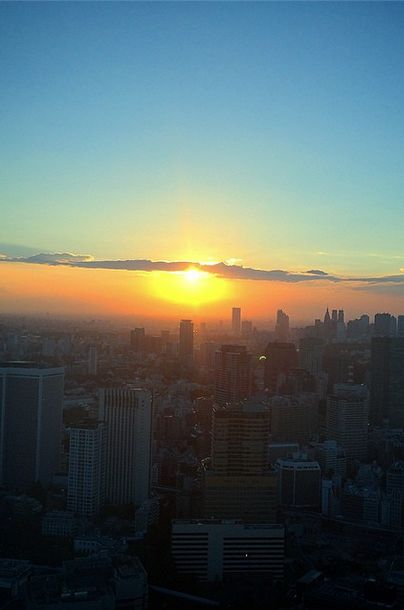 Golden hues at Andaz Tokyo Toranomon Hills アンダーズ 東京 as the sun sets on the city. @AndazTokyo