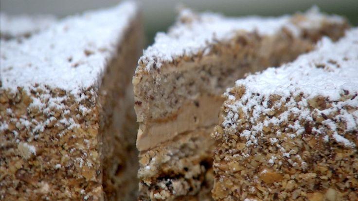 Fragilité er fransk og betyr skjørhet. Denne kaken er laget av marengsbunner, som lett går i stykker. Kombinasjonen av hasselnøtter, nougat og espresso gir denne oppskriften på Mette Blomsterbergs mokkafragilité en fyldig smak.
