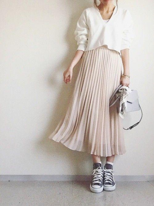 ユニクロシフォンプリーツスカートコーデ:   トップスもユニクロでミラノリブVネックセーター。 白+ピンクベージュがまさに春な装い! 今からプリーツスカートを買い足すなら トレンドカラーのブルー系もおすすめです。 コンバースのグレースニーカーでカジュアルに。 バッグにスカーフを巻くだけで今年っぽくなります。