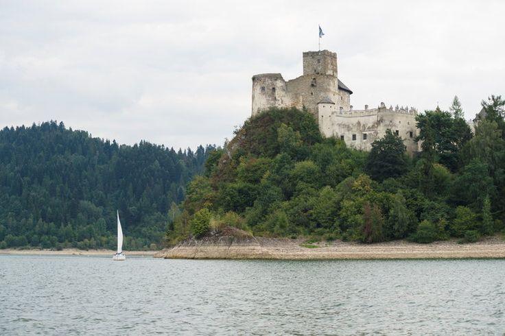 Polska - zamek w Niedzicy. Stary Zamek Niedzica pamięta czasy panowania na terenie Pienin Spiskich rodów węgierskich. Szczyci się sporą liczbą legend, a jedna z nich opowiada o kłótliwym małżeństwie, którego nie mogli znieść współmieszkańcy zamku.