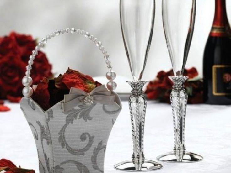 Un cadou elegant pentru orice tip de eveniment! Aceste pahare se remarca prin modelul deosebit al piciorului care este placat cu argint.