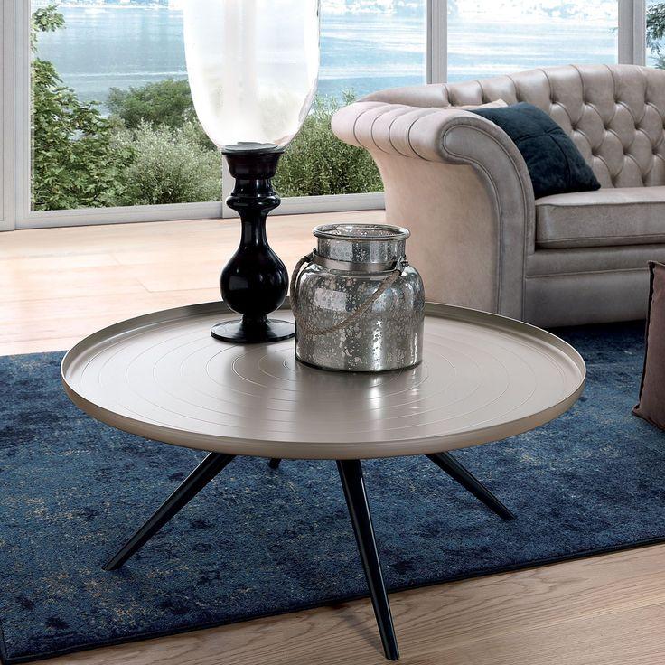 Mesita de café Outline diseñada por Fabio Di Bartolomei y fabricada por Oliver B. Group. El acabado del sobre es en aluminio metálico pintado y el acabado de las patas en aluminio negro.