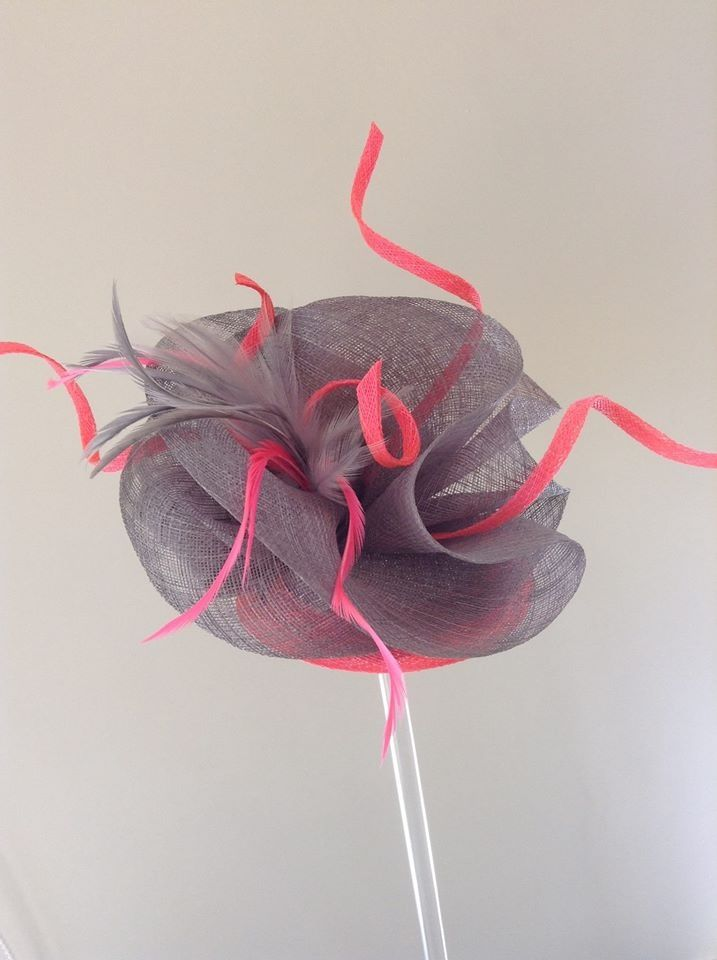Grey sinamay headpiece with fluo pink feathers