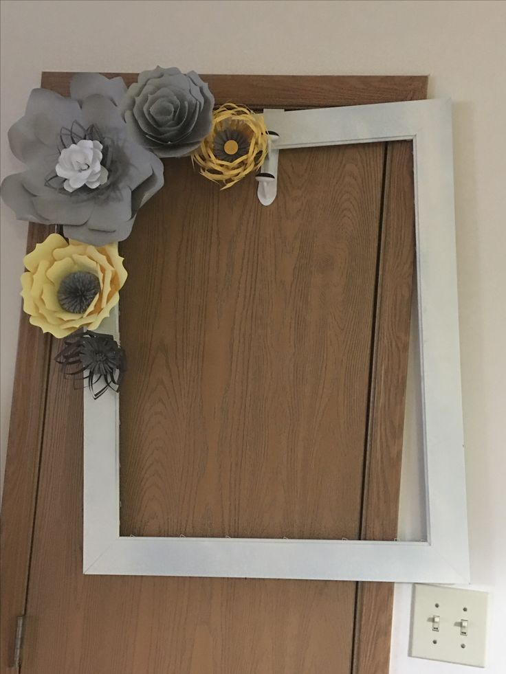 Photo prop frame for baby shower . Paper flowers. Yellow and gray baby shower idea.  Baby shower en amarillo y gris.  Cuadro para fotos con flores de papel para baby shower.