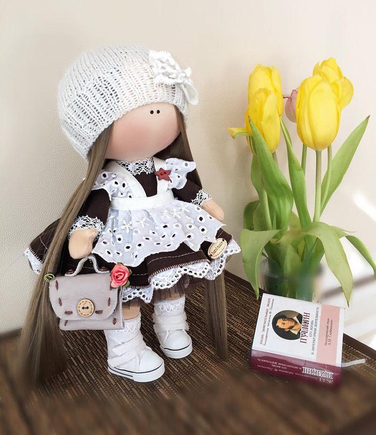 Хочу познакомить Вас с маленькой ученицейПрямо отличница такая получилась☺️Малышка уже улетела в новый, уютный дом #интерьер #подарокдевочке #кукларучнойработы #камчатка #тильда #текстильнаякукла #кукла #подарокдевушке #интересное #инстаграм #интерьернаякукла #интерьерныекуклы #дети #декор #doll #dolls #handmade #kamchatka #instagram #сделанослюбовью #