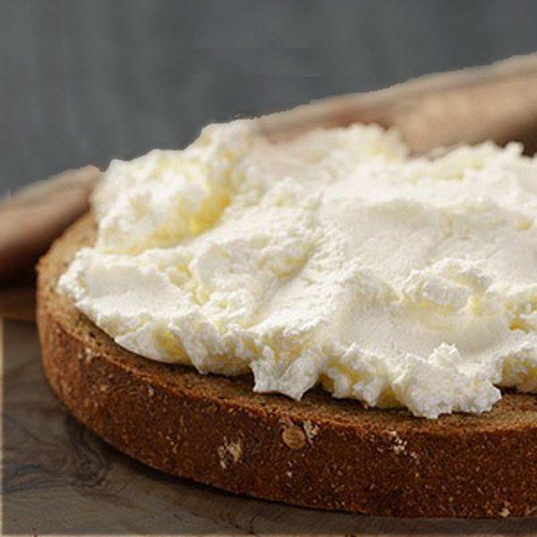 Esta receta de queso crema casero es muy sencilla, se prepara con 2 ingredientes, y apenas necesita elaboración. Se obtiene un queso similar al envasado.
