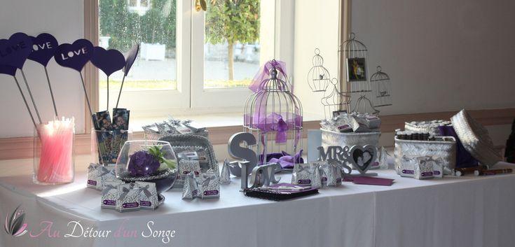 Décoration de la salle du repas Table du livre d'or, urne et cadeaux invités Couleurs : blanc, violet et argent www.audetourdunsonge.fr