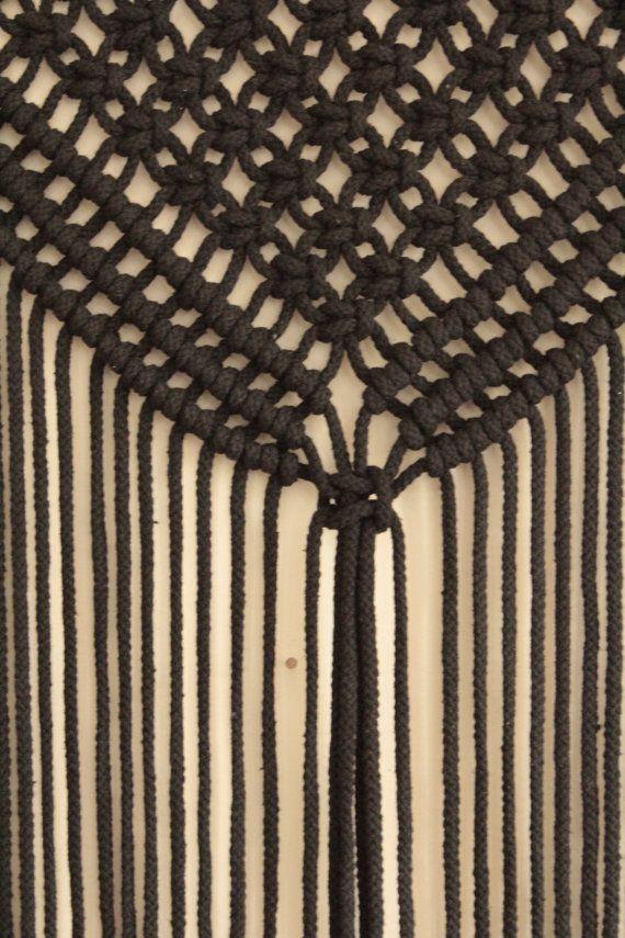 Hou je van grote macrame wandkleden? Deze mooie zwarte macrame muur opknoping zal een prachtige verklaring stuk voor uw Boheemse huis maken. Eenvoudig en mooi, het trekt de aandacht nog niet hebben dit overbelaste ontwerp. De ontspannen en luchtig en ziet er echt mooi met natuurlijke planten rond.  Liefde grote macrame wandkleden? Veronderstel enkel hoe mooi uw huis zal worden met deze prachtige macrame kunst aan de muur!  Deze eenvoudige moderne macrame muur hangend is het eerste item dat…