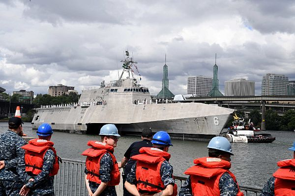 PORTLAND, Ore. (June 8, 2017) Sailors from the Emory S. Land-class submarine tender USS Frank Cable (AS 40) prepare to moor the Independence-class littoral combat ship USS Jackson (LCS 6) as it arrives in Portland for Rose Festival Fleet Week. The festival and Portland Fleet Week are a celebration of the sea services with Sailors, Marines, and Coast Guard members from the U.S. and Canada making the city a port of call. (U.S. Navy photo by Mass Communication Specialist 2nd Class Alex…