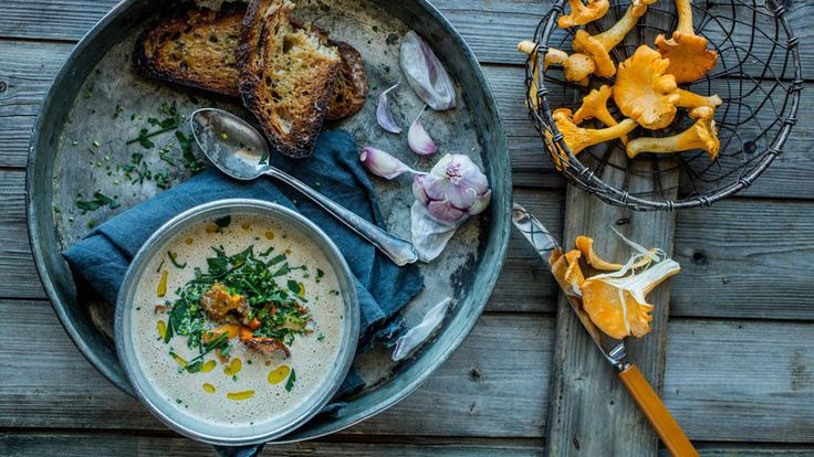 Sopp med eventuelle skjønnhetsfeil egner seg perfekt i en kremet suppe, veldig enkelt og helt perfekt. Gjerne servert med ristet brød dryppet med olivenolje og gnidd inn med hvitløk.