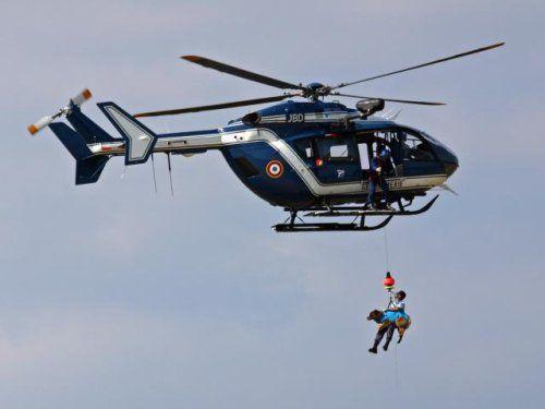 Chien de la gendarmerie française treuillé avec son maître-chien.