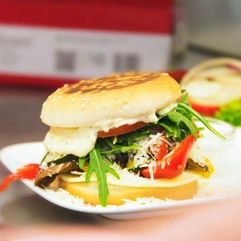 Wir sind zurück aus NY! Wir haben viel gesehen und probiert! Hier unser #DOM Mama Toscana Burger. Zuhause schmeckts uns doch am besten  #domkonstanz #burger #konstanz
