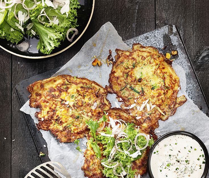Majs- och zucchiniplättar med parmesansallad   Recept ICA.se
