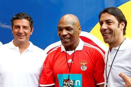 Mike Tyson, entre Rui Vitória e Rui Costa.