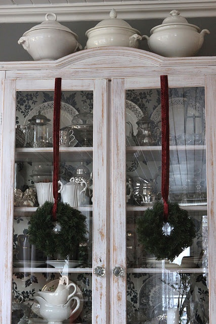 how can you ever go wrong with this look? ♥: Christmas Wreaths, Dining Rooms, China Cabinets, Hanging Wreaths, Guns Cabinets, Christmas Decor, Sjarmerend Jul, Christmas Ideas, Cabinets Doors